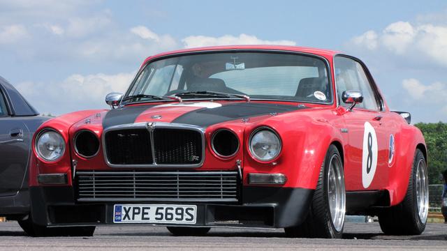 Az XJ minden idők egyik, ha nem A legszebb Jaguarja. Kupéban még dögösebb, a szélesítések ezt csak tovább fokozzák