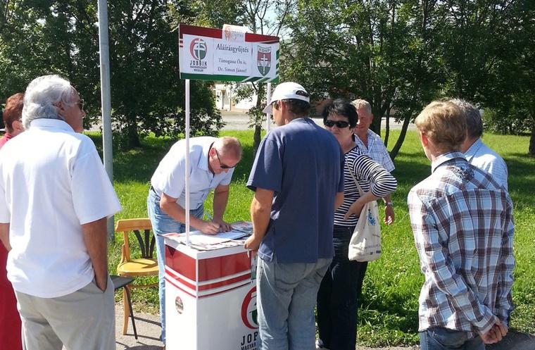 Simon János aláírásokat gyűjt Szigetváron