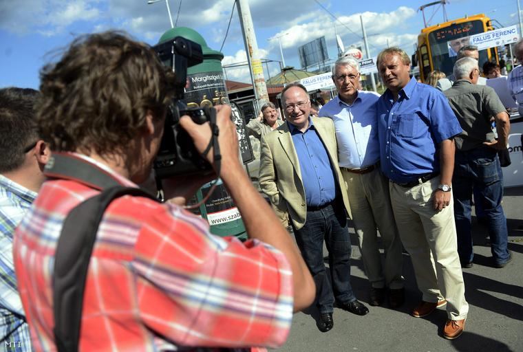 Burány Sándor országgyűlési képviselő, Falus Ferenc és Hiller István az Országgyűlés szocialista alelnöke aláírásgyűjtő kitelepülésen Budapesten a Határ úti villamos végállomásánál 2014. augusztus 25-én.