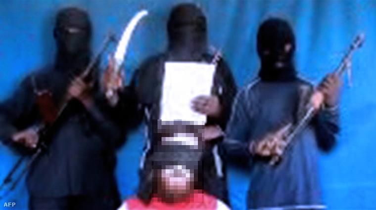 Nigériában túszulejtett, feltehetően brit állampolgárságú túsz és fogvatartói egy 2012-es videón