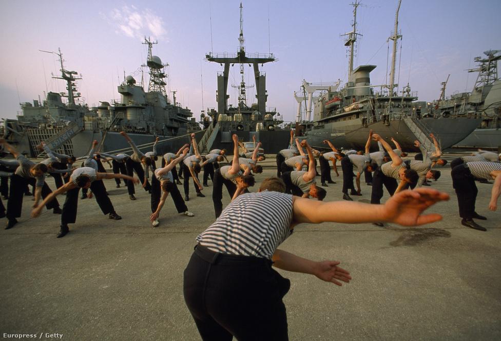 Ukrán katonák tornáznak Szevasztopolban, a hadihajóik előtt. Ukrajna hadi arzenáljának sorsa volt a Szovjetunió felbomlásakor az egyik legsúlyosabb biztossági probléma. 1994-ben a Budapesti Memorandumban az atomhatalmak, köztük Oroszország vállalták, hogy biztosítják Ukrajna területi integritását, ha cserébe az ország megszabadul a világ harmadik legnagyobb atomarzenáljától.                          Szevasztopol kikötőjét pedig az orosz flotta vette bérbe. Akkoriban nem volt sejthető, hogy innen indul Ukrajna jelenlegi konfliktisa.