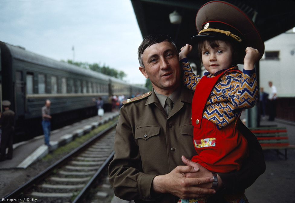 Szovjet ezredes búcsúzik egy csehszlovák pályaudvaron, mielőtt hazautazik a Szovjetunióba.                         A rendszerváltásig több százezernyi szovjet katona állomásozott a kelet-európai országokban. Csak Magyarországon 50 ezer szovjet katona volt jelen. Gorbacsov 1988. december 7-én az ENSZ Közgyűlésén bejelentette hogy 1991-ig hat harckocsizó hadosztályt, 5 ezer harckocsit és 50 ezer katonát vonnak ki az NDK-ból, Csehszlovákiából, és Magyarországról. Az utolsó szovjet katona 1991 június 16-án hagyta el az országot.