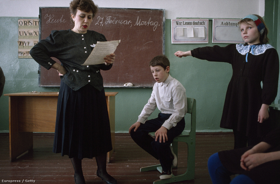 Egy oroszországi német tanár egy német darabot próbál a gyerekekkel. A kommunista blokk országaiban kötelező volt az orosz nyelv tanítása, de ezt a rendszerváltás után mindenhol beszüntették.