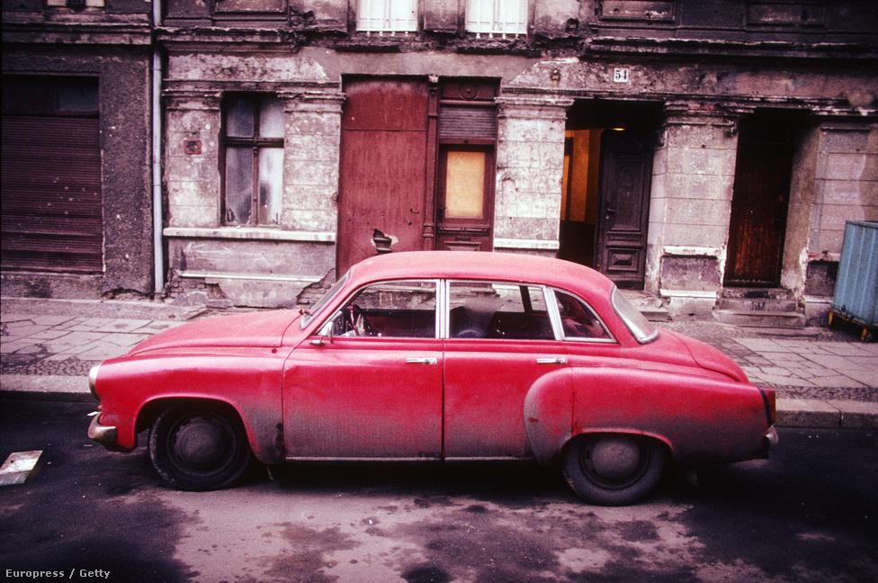 Lerobbant autó Kelet-Berlinben. A kommunista múlt jellegzetes tárgyai gyorsan kultikus, nyilvánvaló iróniával kezelt emlékei lettek.