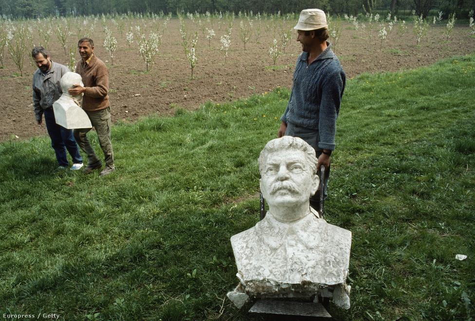 Lengyel gazdák elszállítják Sztálin szobrait. A szobordöntések a régió minden országában a rendszerváltás emblematikus eseményei voltak.