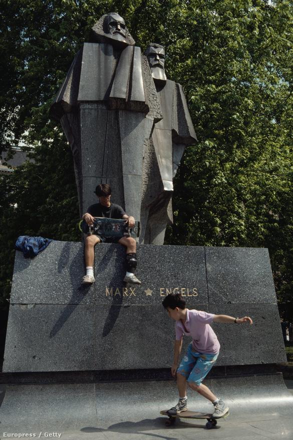 Gyerekek gördeszkáznak Marx és Engels a budapesti szobránál. A rendszerváltás után a kommunizmus emblematikus alakjainak szobrait lebontották, Budapesten a Szoborparkba szállították.                          Itt található ma Segesdi György 1971-es alkotása, amely egyébként a világ egyetlen kubista Marx és Engels szobra.