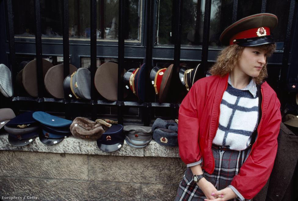 A keleti blokk országai a szovjet romantikát kereső nyugati utazók kedvelt célpontjai lettek. A kilencvenes években nyugat-európai és amerikai fiatalok ezrei költöztek Prágába, Budapestre, Varsóba, ahol elvarázsolta őket a frissen felszabadult országok lelkesedése. A budapesti árus orosz katonai kalapot árul az egyik bevásárló utcában.