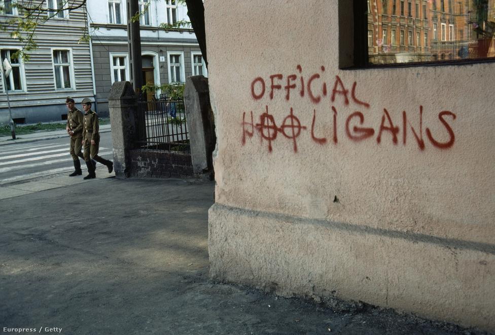 Lengyelországban állomásozó szovjet katonák a helyi radikálisok graffitije előtt.                          A szovjet csapatok kivonása Lengyelországból nem volt feszültségmentes. Dmitrij Jazov szovjet honvédelmi miniszter már 1989. január 21-én bejelentette, hogy a környező országokhoz hasonlóan innen is kivonják a hadseregüket, de úgy számította, hogy a teljes művelet 1993 előtt nem érhet véget. A lengyelek ugyanakkor azt szerették volna, ha az utolsó szovjet katona már két évvel korábban elhagyná a vidéket. Ez végül csak 1994 szeptemberében történt meg.