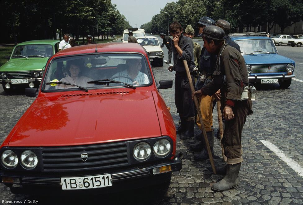 Román bányászok az 1989-es romániai forradalom alatt. Románia volt a térség egyetlen állama, ahol a rendszerváltás nem békésen zajlott le. A kommunista vezetés sok esetben fizetett le bányászokat, hogy a tüntetések helyszínein szembeszálljanak a demokratikus erőkkel. A bányászok a rendőrséggel együttműködve inzultálták a tüntetőket, ellenzékieket, értelmiségieket.