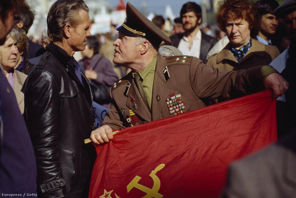 Egy orosz veterán összetűzése a polgári tüntetővel. A peresztrojka idején tömegek köteleződtek el a polgári értékek, a szabadpiac, és a demokrácia mellett. De Oroszországban erős maradt az egykori rendszer híveinek tábora, akiknek ideológiáját erősítette a második világháborús győzelmi kultusz.