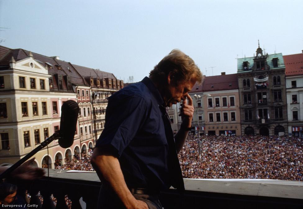 Vaclav Havel beszédet mond a lelkes tömegnek. Az egykori cseh elnök, és rendszerváltó ellenzéki  jelenleg is elismert alakja a világpolitikának és a cseh politikai életnek. A bársonyos forradalom után Havel lett az ország első elnöke. A régió azon politikusai közé tartozik, akinek elvei nem változtak az évtizedek alatt. Ebbe belefért, hogy olyan, a cseh közvélemény számára nehezen elfogadható elveket is képviselt, mint hogy elítélte országa második világháború után tett lépéseit a szudéta németek ellen, vagy nem értett egyet Szlovákia leválásával.