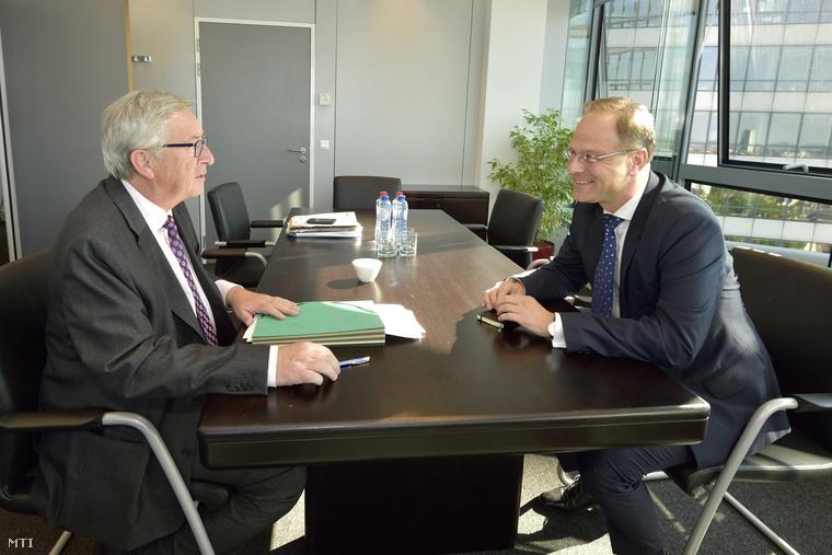 Jean-Claude Juncker az Európai Bizottság új elnöke (b) és Navracsics Tibor külgazdasági és külügyminiszter tárgyal az Európai Bizottság brüsszeli székházában 2014. szeptember 3-án.