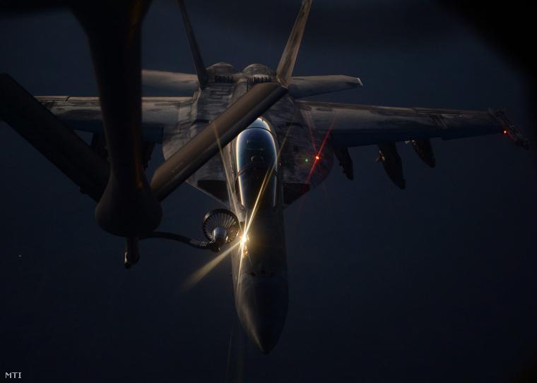 Az amerikai védelmi minisztérium által 2014. augusztus 27-én közreadott képen egy amerikai vadászgépet töltenek fel üzemanyaggal Észak-Irak felett.