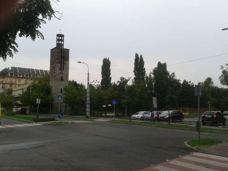 toronytotálmögötteSteindlépület