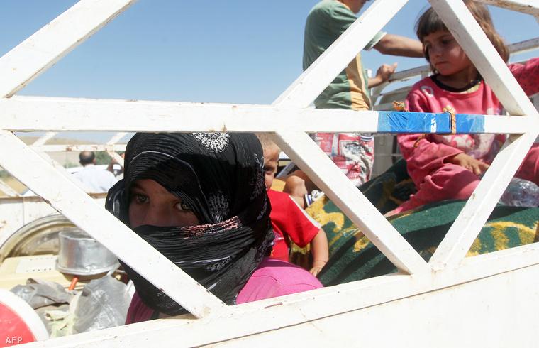 Szindzsárból menekülő jazidik a szír-iraki határon