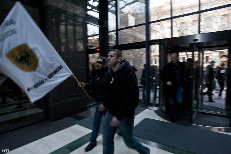 Tüntetők a Bank Center épületében, akik Toroczkai László vezetésével petíciót kívántak átadni az IMF hazai képviseletének (2012.)