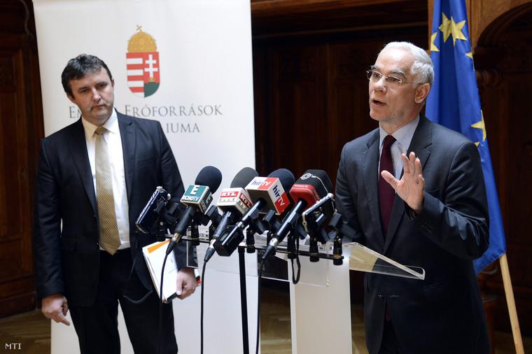 Balog Zoltán az emberi erőforrások minisztere (j) és Palkovics László felsőoktatási államtitkár a Felsőoktatási Kerekasztal ülése előtt tartott sajtótájékoztatón.
