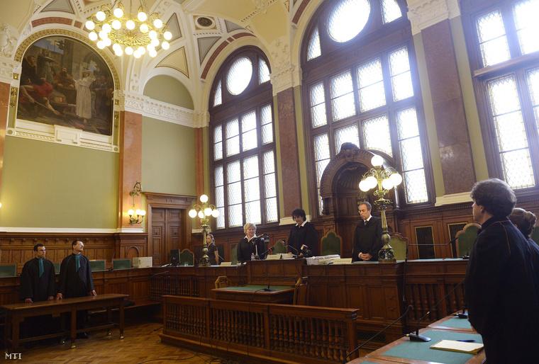 Maka Mária tanácsvezető bíró (k) felolvassa az ítélet indoklását a K&H Bank Zrt. által az egyoldalú kamatmódosítást lehetővé tévő szerződési feltételek tisztességtelenségével kapcsolatos vélelem megdöntésére a magyar állam ellen indított per tárgyalásán a Fővárosi Törvényszék tárgyalótermében 2014. szeptember 9-én.