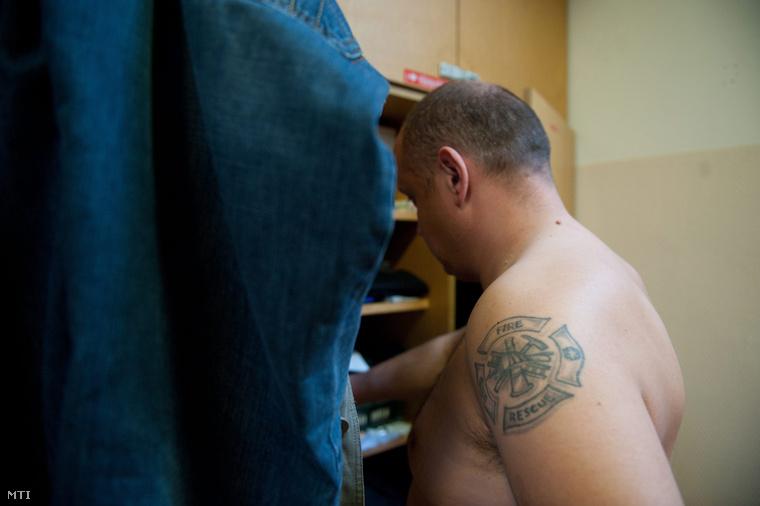 A tűzoltók feladata a hivatás iránti bizalom erősítése. Régen az ilyen tetoválást is pigmentációs defectusként kezelték volna.