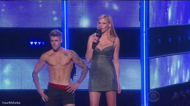 Justin Bieber és Lara Stone konferál, de Bieber közben vetkőzik is