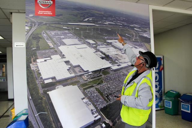 Ekkora területen fekszik a gyár.  Barry éppen a szélerőművek helyét mutatja