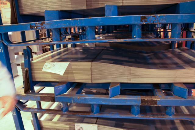 Furcsa táblalemezek egy rakáson: a raklap bal oldalán a vastagabb, jobb oldalán a vékonyabb lemez, a sötét csíknál van a két darab lézerrel összehegesztve