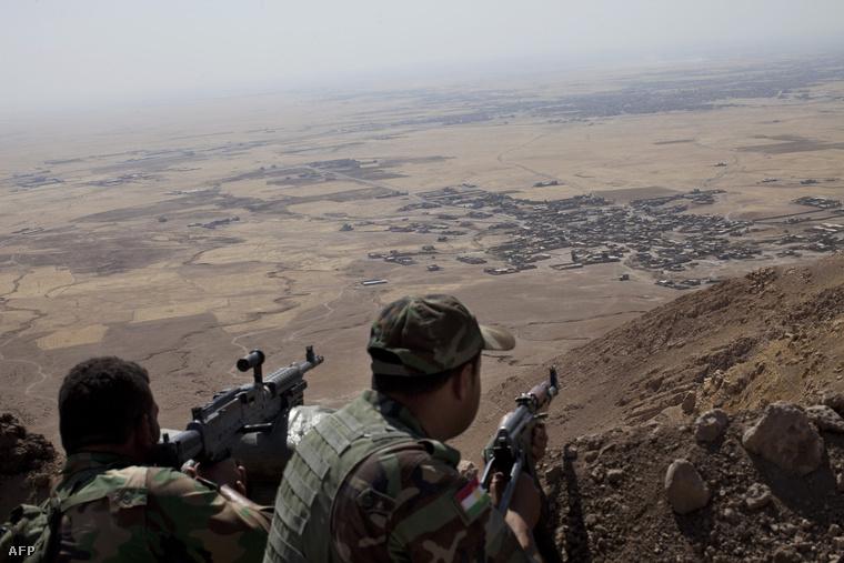 Kurd pesmerga harcosok a Zardak hegyen, Mosultól 25 kilométerre
