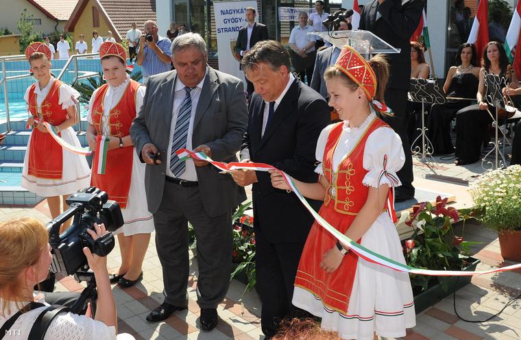 Kocsi János polgármester és Orbán Viktor miniszterelnök átvágják a nemzetiszínű szalagot a nagykátai gyógyfürdő ünnepélyes átadásán 2012. júniusában