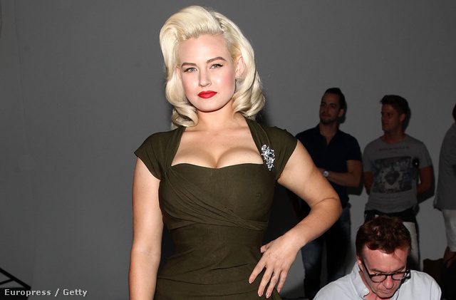 Gia Genevieve modell Katya Leonovich divatbemutatója előtt pózol