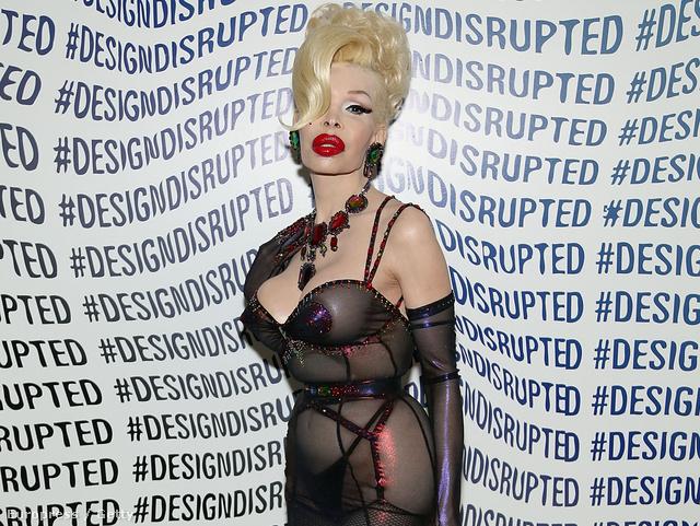 Amanda Lepore hozza a formáját a The Blonds divatbemutatóján