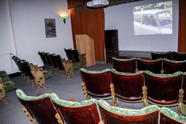 Ezeknek a székeknek az illatát semmivel se lehet leírni, de bennük nyikorgó rugók mindennél jobban visszahozták a régi mozik hangulatát
