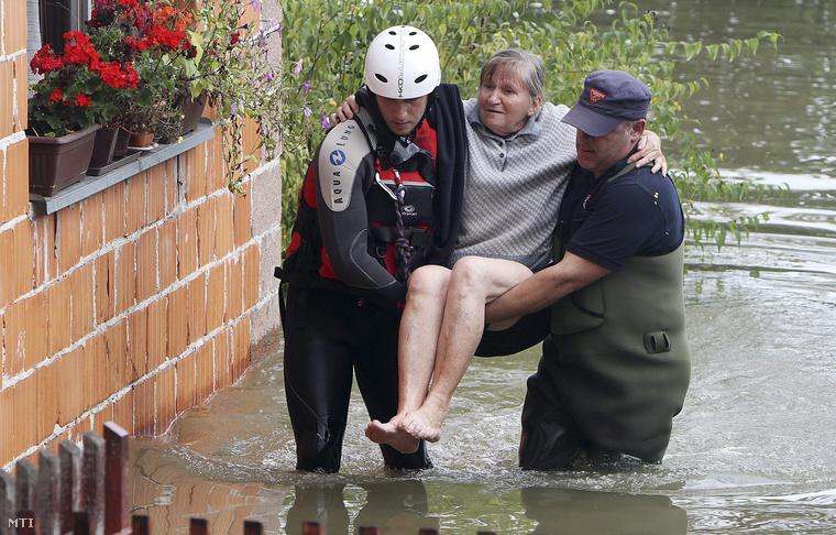 Idős nőt mentenek a horvátországi Karlovac egyik víz alá került negyedében
