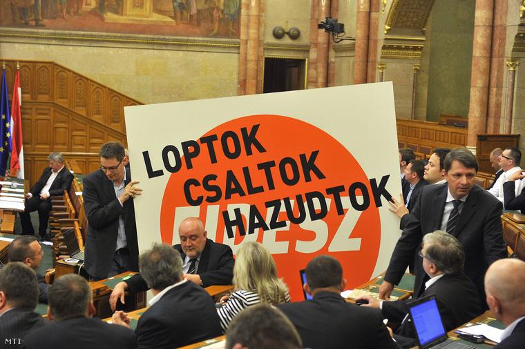 Karácsony Gergely és Szilágyi Péter független képviselők a Párbeszéd Magyarországért képviselői csoportjának tagjai érkeznek egy a Fidesz logójával ellátott LOPTOK CSALTOK HAZUDTOK feliratú transzparenssel kezükben az Országgyűlés plenáris ülésére 2013. április 30-án.