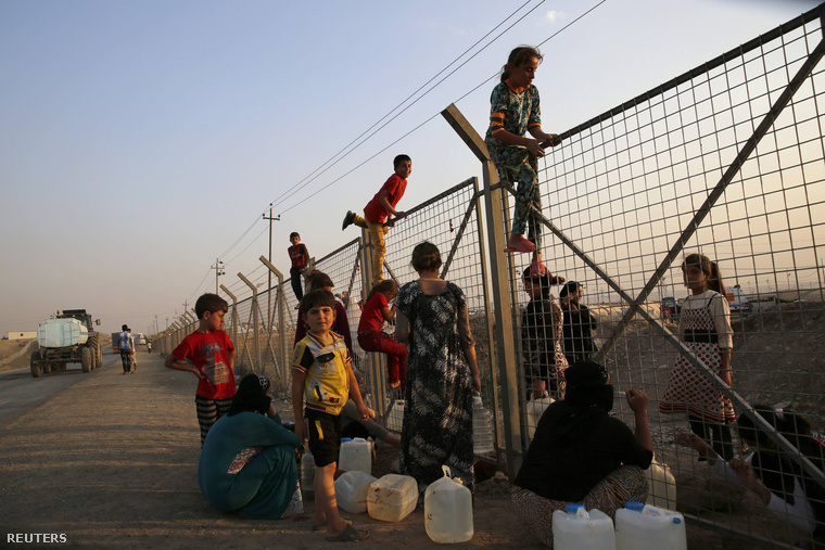 Jazidi menekültek egy Dohuk melletti menekülttáborban