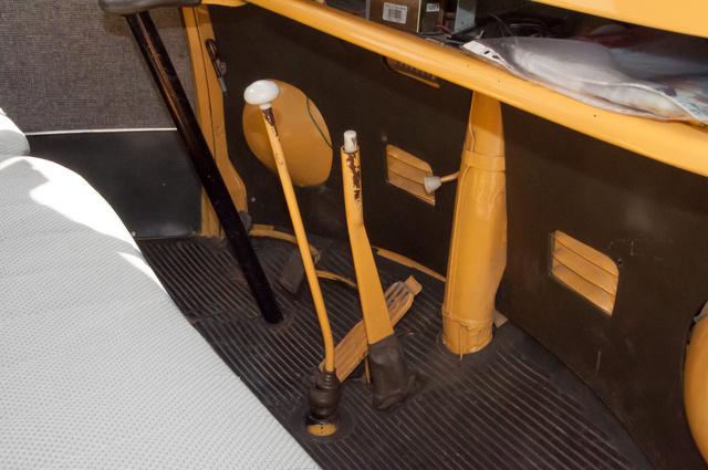 Itt még a padlóból nő ki a kézifék, a T2-nél felrakták a műszerfalra