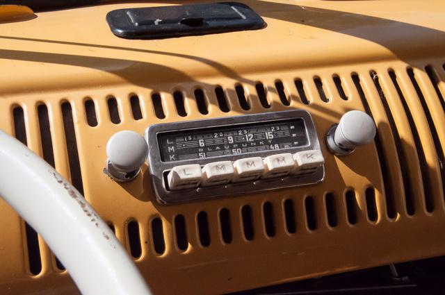 Gyári rádió, de a sávtartományban amit fog, ma már csak a Vatikán rádiója sugároz