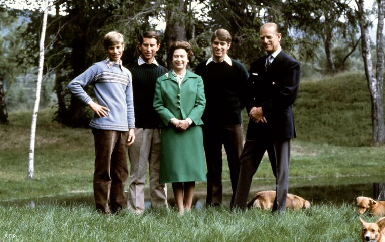 A király család a skóciai Balmoral kastély parkjában, 1979-ben. Kiskutyákkal.