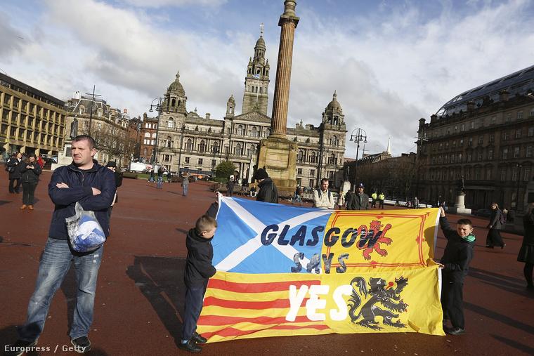 Függetlenség-párti tüntető Glasgow főterén