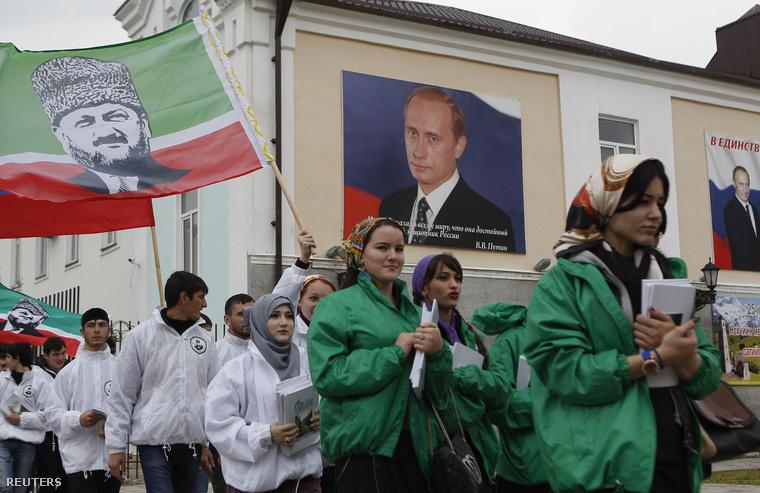 Putyiint és csecsen vezetést éltető menet csecsenföldön