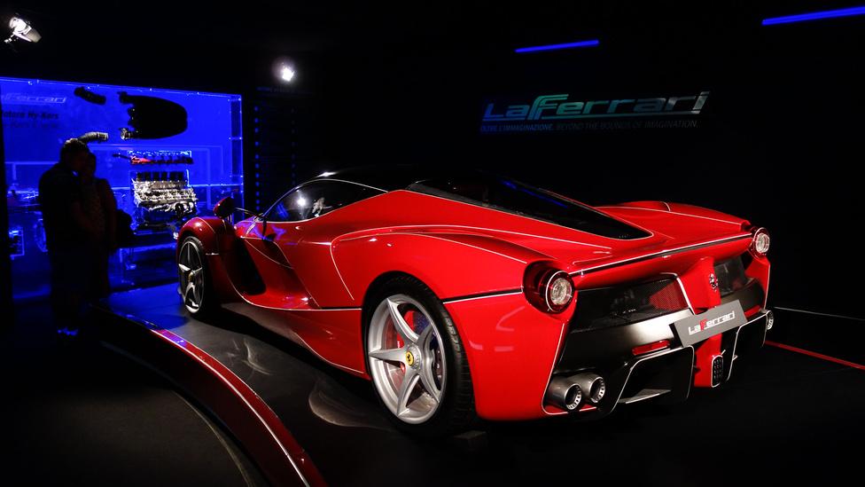 Visszaverő csíkokkal ellátott LaFerrari, amelyen a hosszabb-rövidebb ideig tisztán UV-fénnyel megvilágított szobában megnézhetők a karosszéria alapvonalai, miközben Dolby Surroundban üvölt mindenünnen a kocsi hangja