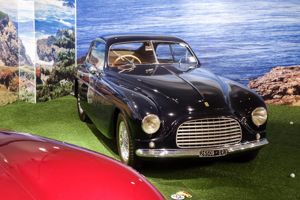 """""""Kétliteres motorral hajtott, teherautó elejű, osztott ablakos fekete kupé eladó. Érdeklődni a V12 jeligén a kiadó címén"""" - állhatna itt a hirdetés szövege. Bizony, ez a fura szerzet az egyik legkorábbi utcai Ferrari, amely ódonnak tűnhet ugyan, ha ötvenes évek végi autónak nézzük, de nem árt tudni, hogy ez volt a márka első utcai autója, 1948-ból... 90 lóerő, Touring-karosszéria"""