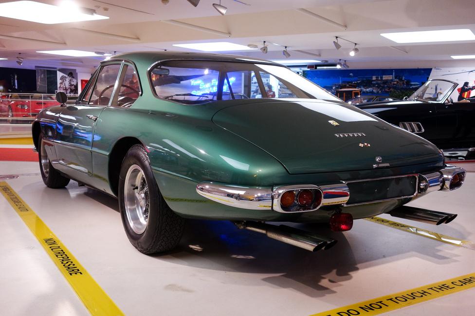 Ultimo, ultimissima: a hatvanas évek leg-leg-leg-Ferrarija, a 400 Superamerica abból a szögből, ahonnan sose látjuk. Négyliteres, Gioacchino Colombo-tervezte motor, ahogy akkor minden nagy-Ferkában, rettentő sok extra, mert ezek a cég legdrágább autói voltak. Nézzék a kipufogókat!