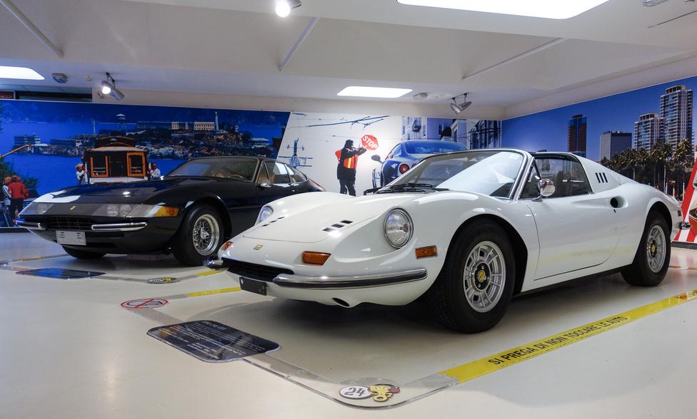 """Ferrari 365 GTB/4 Daytona """"Plexi"""" (a burkolt lámpás) és Dino 246 GTS (a kabrió) egymás mellett. Lehetne magyarázni: a kicsi hathengeres és a nagy tizenkét hengeres Ferrari (előbbi nem is egészen az) kontrasztja, a hagyományos, orrmotoros és a modern, középmotoros építés találkozása, a hatvanas és a hetvenes évek ütközése... Mindegy, bármelyiket vinném"""