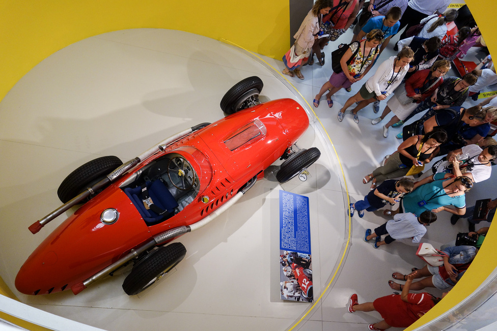 Folyamatosan hömpölygő tömeg az Indy-versenyautónál. A maranellói nagy múzeumba a belépő felnőttnek 15, gyereknek 11 euró, ha a gyerek szülővel van, akkor csak 5. Van a szomszédban, Modenában is egy múzeum, az Enzo Ferrari, ami kisebb, meghittebb, a kettőre pedig lehet neten kombinált jegyet is venni 26/10 euróért