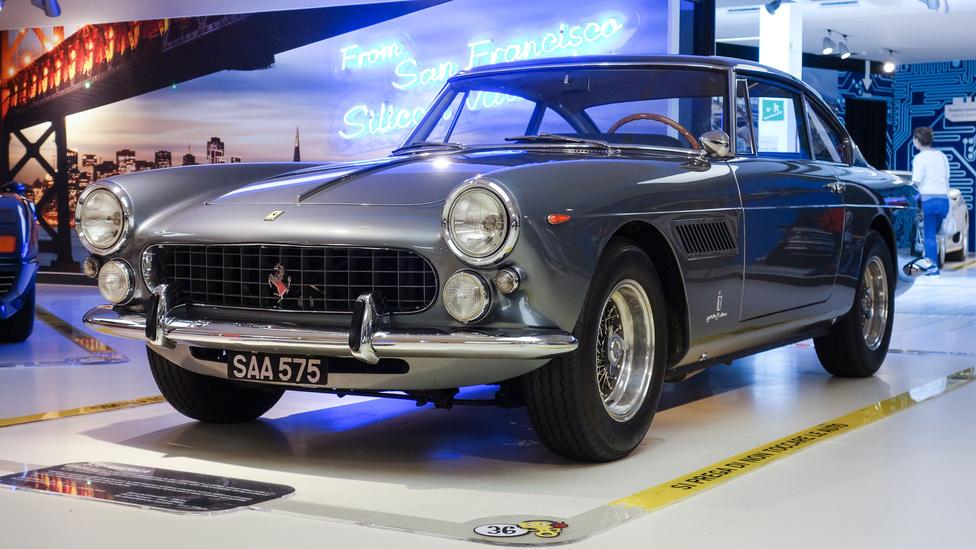 A hatvanas évek közepén még brutál nagy, négyliteres, V12-es Colombo-motor és az abból kapott 320 lóerő kellett ahhoz, hogy valaki 220-szal száguldozhasson. Ettől a 330 America még szép. Igazából, a nagy légellenállás eleve szép