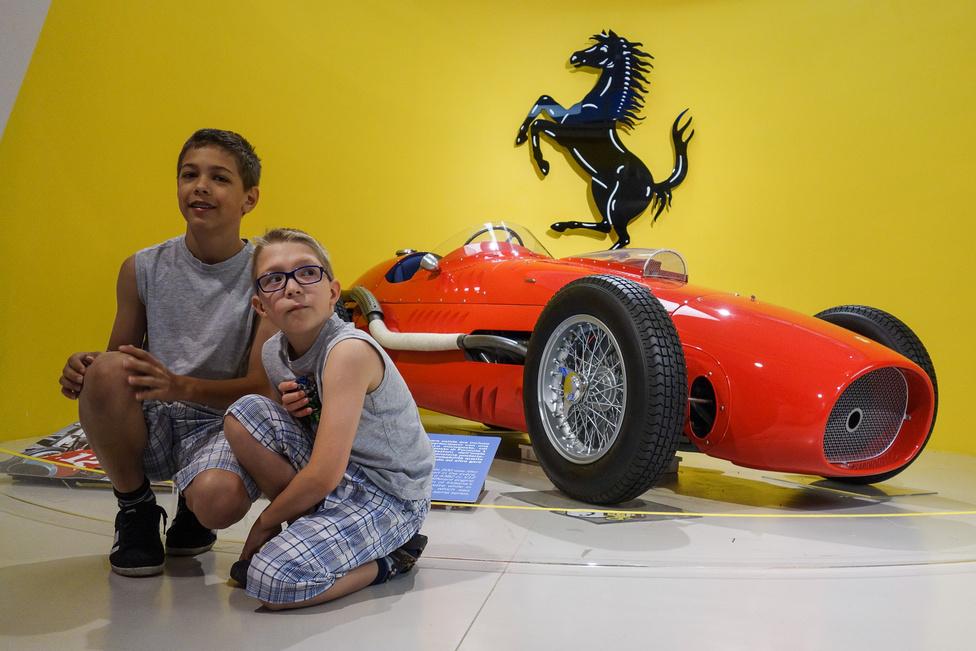 Még a korai Ferrari-versenyautók között is rettenetesen ritkának számít a három példányban amerikai felhasználásra készült, privát csapatoknak árult, 4,4 literes, V12-es motorral szerelt Corsa Indianapolis. Ez az 1951-es, 375-ös típusú Formula-1-es autó átépítésével készült, amikor a szabályzat már nem engedte azt versenyezni az '52-es európai szezonban
