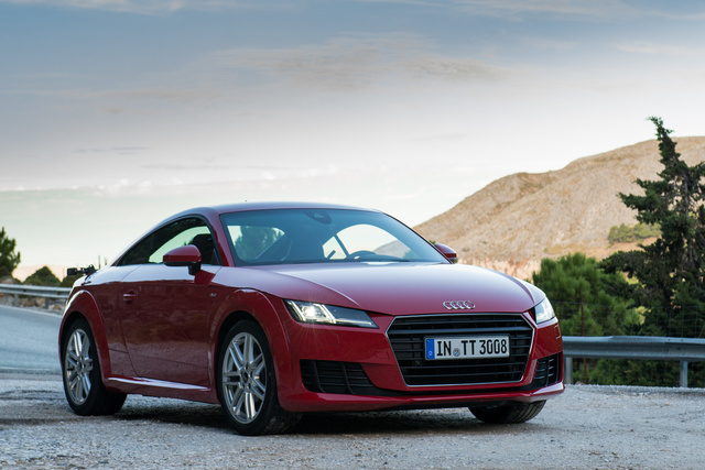 A matrix-led fényszóró az Audi büszkesége, sajnos a telefon vakuja nem volt elég erős a teszteléséhez