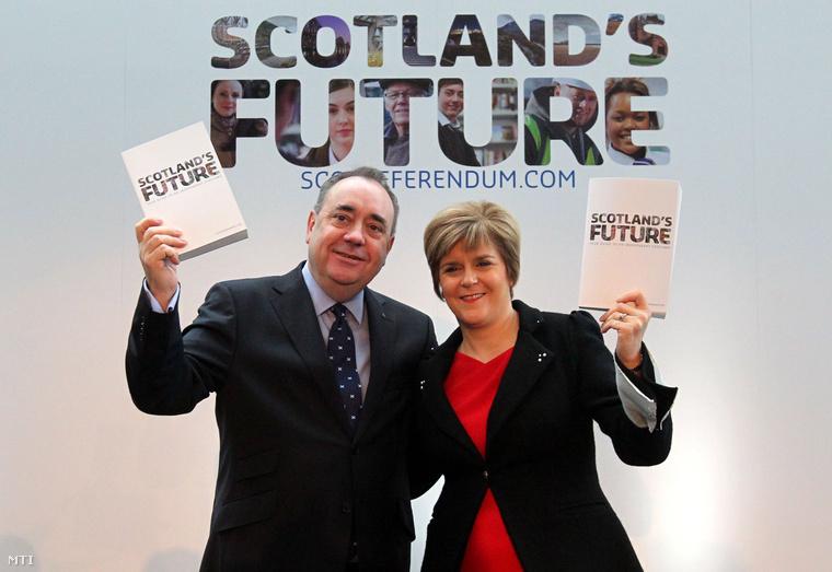 Alex Salmond, a skót tartományi kormány vezetője (b) és helyettese, Nicola Sturgeon mutatja az úgynevezett Fehér Könyvet Glasgow-ban 2013. november 26-án.