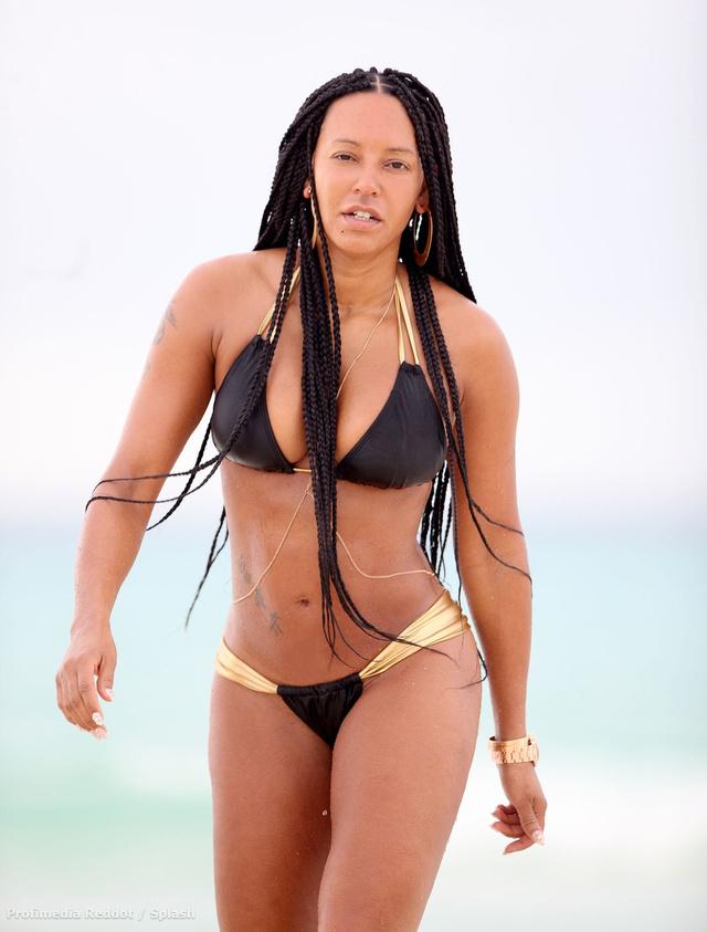Az új fekete fonott hajat nem véleményeznénk, de az énekesnő teste egyszerűen tökéletes