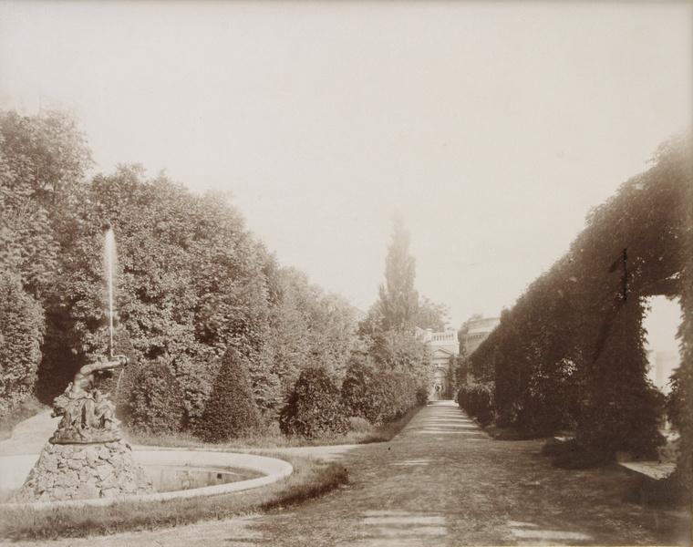 A Tritón-kút a Neoreneszánsz kertben 1890-ben. A háttérben a Széles út végén látszik a medvés kút is